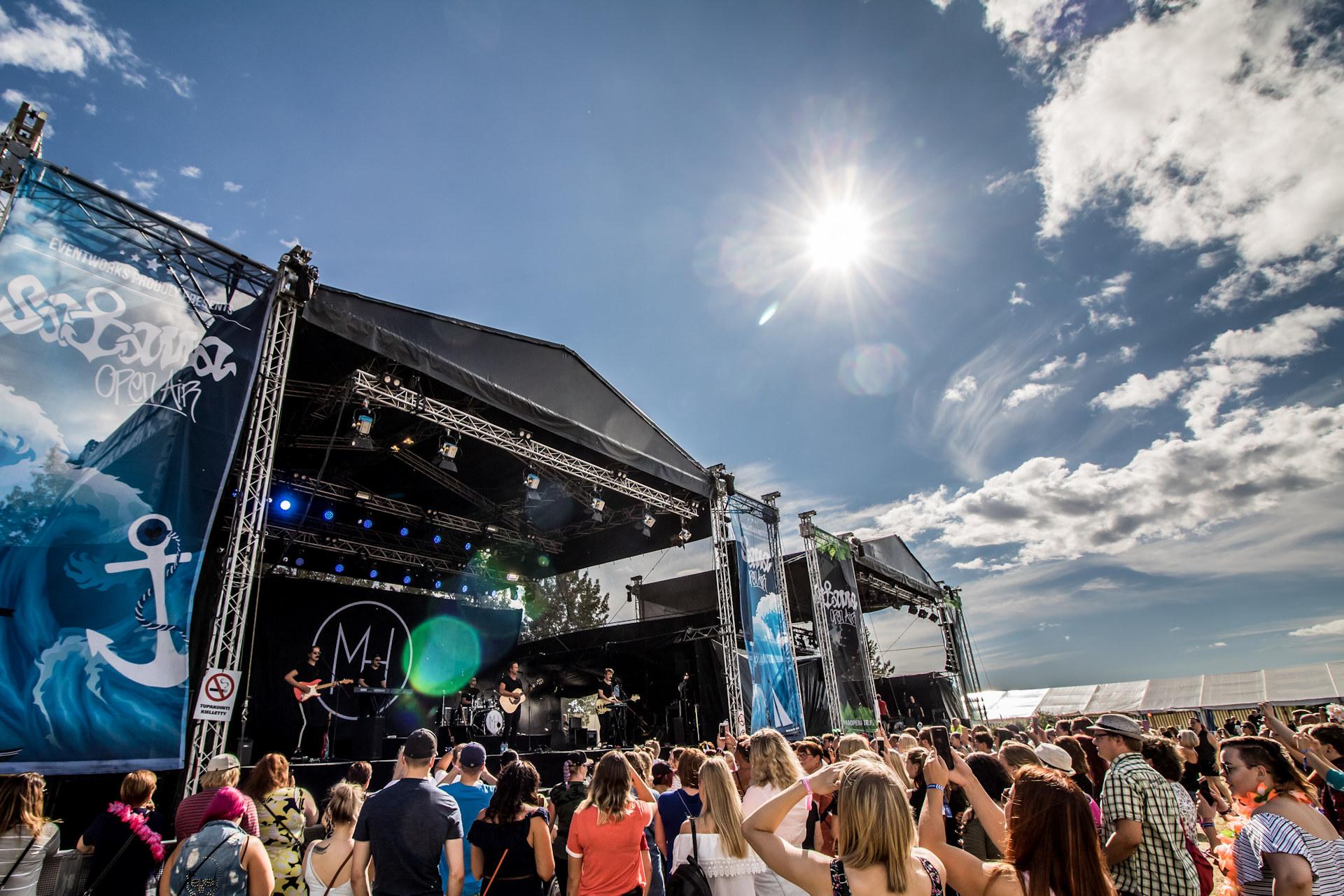Satama Open Air -festivaalin lavalla Mikko Harju